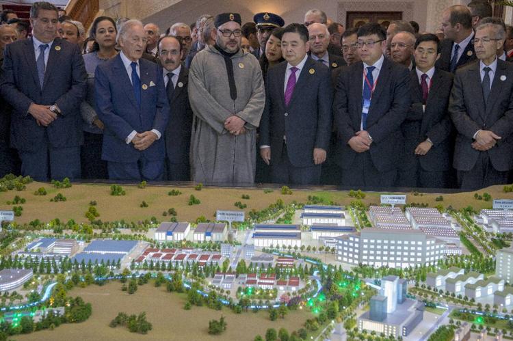 """Le roi Mohammed VI et Li Biao, président du groupe chinois Haite, devant la maquette d'une """"ville industrielle"""", le 20 mars 2017 au Palais Royal, près de Tanger"""