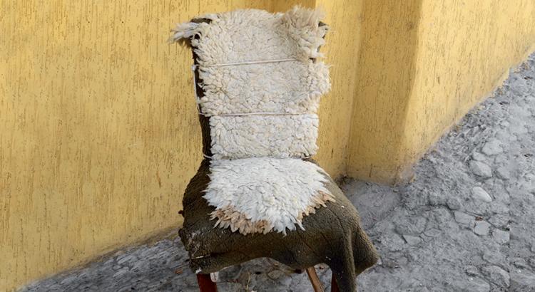 Les chaises de Tanger font de la rue un récit de bric et de broc…