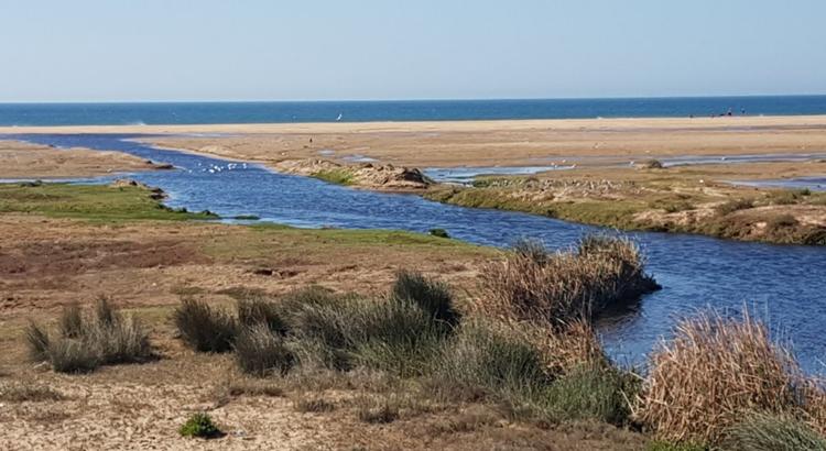 La plage polluée de Jbila au sud de Tanger