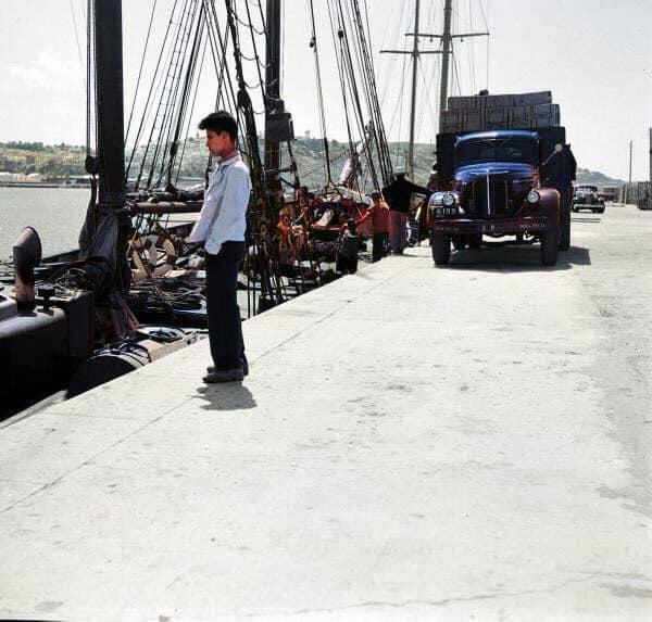 La nostalgie du départ au port de pêche