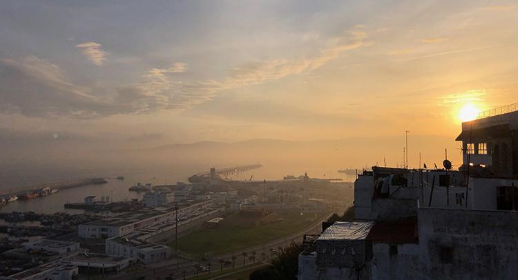 Vue sur le port de pêche et l'Espagne du quartier Bouknadel à Tanger
